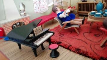 Puppenstube Wohnzimmer Fernseher Telefon Kamin Klavier Stehlampe Radioschrank