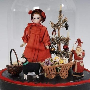 Puppenstuben-Konvolut mit Weihnachtsmann + Puppe usw unter Glassturz - um 1900