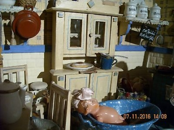 Wunderschöne alte Puppenstube Puppenküche mit viel - seltenem - Zubehör
