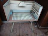 alte Puppenstube um 1800 mit stabilem Tischunterbau