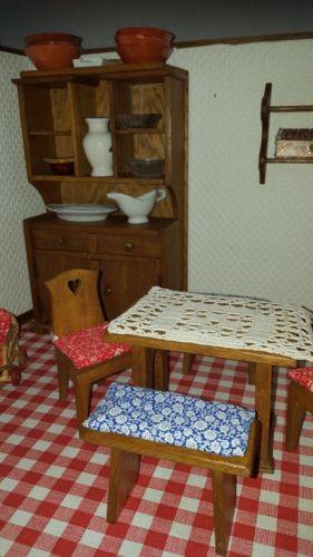 Antikes Puppenhaus Holz-Puppenstube von 1911 mit Möbeln