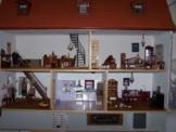 Möbliertes Puppenhaus mit Puppen und Zubehör - Sammeln Puppenstube