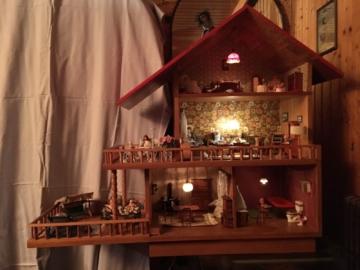 Puppenhaus Puppenstube mit Beleuchtung und Puppen