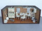 Puppenstube, Puppenhaus, Puppenküche, um 1920, mit Einrichtung und viel Zubehör