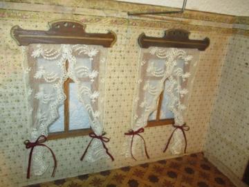 Uralte Puppenstube um 1890, schöne Größe, alte Tapete an Wand u. Boden