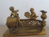 uraltes Puppenstuben Zubehör * goldfarbene Musizierende  Jungen * um 1890